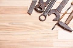 Ośniedziałej niewygładzonej starej pracy przemysłowi narzędzia wpisują wyrwanie śrubokręt l Obraz Stock