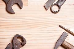 Ośniedziałej niewygładzonej starej pracy przemysłowi narzędzia wpisują wyrwanie śrubokręt l Fotografia Royalty Free