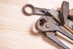 Ośniedziałej niewygładzonej starej pracy przemysłowi narzędzia wpisują wyrwanie śrubokręt l Zdjęcia Royalty Free