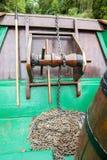 Ośniedziały łańcuch i winch na łódkowatym pokładzie zdjęcia stock