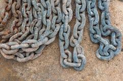 Ośniedziały łańcuch na betonowej podłoga Fotografia Stock