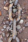 Ośniedziały łańcuch na otoczak plaży Zdjęcia Stock