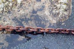 Ośniedziały łańcuch na quay stronie Obraz Royalty Free