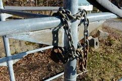 Ośniedziały żelazo łańcuch blokujący wokoło metal struktury fotografia stock