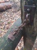 Ośniedziały żelazo łańcuch na słupie obraz stock