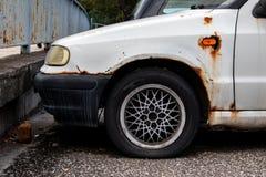 Ośniedziały biały czecha Skoda felicja samochód uszkadzał opłatę zaniedbana opieka zdjęcie stock