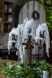 Ośniedziały candlestick z białymi świeczkami/wosk obraz royalty free