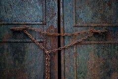 Ośniedziały drzwi z łańcuchem Fotografia Royalty Free