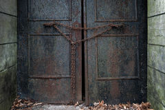 Ośniedziały drzwi z łańcuchem Zdjęcie Royalty Free