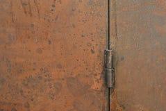 Ośniedziały drzwiowy zawias, zewnętrzna dekoracja i przemysłowy budowy pojęcia projekt, fotografia royalty free