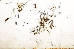 Ośniedziały i grungy biel malująca metalu żelaza talerza ściana z wietrzejącym struga narzutem Obrazy Stock