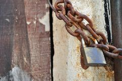 Ośniedziały kłódki i metalu łańcuch Fotografia Stock