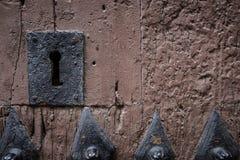 Ośniedziały keyhole w starym drewnianym drzwi zdjęcie stock