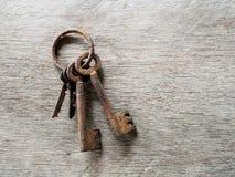 Ośniedziały klucz i stary drewniany tło Zdjęcie Royalty Free