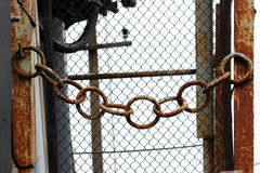 ośniedziały metalu łańcuch przy wejściem elektryczna podstacja fotografia royalty free