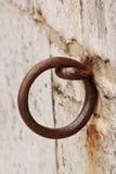 Ośniedziały metalu pierścionek wspinający się w kamiennej ścianie fotografia stock