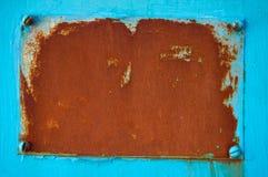 Ośniedziały metalu talerz na błękitnym tle abstrakcyjny tło fotografia royalty free
