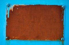 Ośniedziały metalu talerz na błękitnym tle abstrakcyjny tło obrazy stock