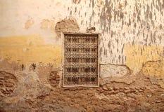 Ośniedziały okno na antyk ścianie w arabskim mieście Fes w Maroko Obrazy Royalty Free