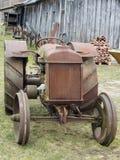 Ośniedziały retro Amerykański ciągnikowy Fordson Obrazy Stock