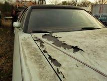 Ośniedziały samochód w złomu jardzie Fotografia Stock