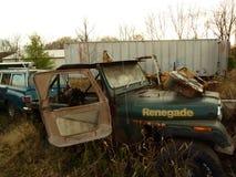 Ośniedziały samochód w złomu jardzie Obraz Stock