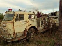 Ośniedziały samochód w złomu jardzie Obrazy Stock
