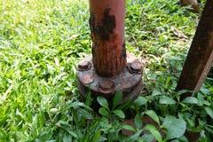 Ośniedziały stalowy słup na greensward zdjęcie royalty free