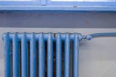 Ośniedziały stary błękitny grzejnik Zdjęcie Royalty Free