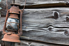 Ośniedziały stary lampion na drewnianej ścianie Obraz Stock