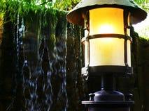 Ośniedziały stary lampion w parku fotografia stock