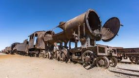 Ośniedziały stary pociąg przy Taborowym cmentarzem w Uyuni pustyni, Boliwia, Ameryka Południowa Obrazy Royalty Free