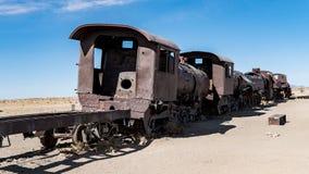 Ośniedziały stary pociąg przy Taborowym cmentarzem w Uyuni pustyni, Boliwia, Ameryka Południowa Zdjęcia Stock
