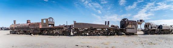 Ośniedziały stary pociąg przy Taborowym cmentarzem w Uyuni pustyni, Boliwia, Ameryka Południowa Zdjęcie Stock