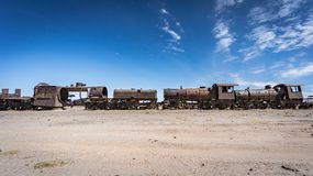 Ośniedziały stary pociąg przy Taborowym cmentarzem w Uyuni pustyni, Boliwia, Ameryka Południowa Obraz Stock