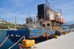 Ośniedziały stary statek w schronieniu Fotografia Royalty Free