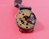 ośniedziały stary zegarowy mechanizm na czerwonym tle Obrazy Stock