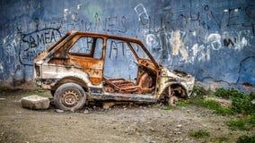 Ośniedziały złomowy samochód w Fener Balat okręgu Istanbuł Turcja, Marzec - 03, 2013 - Obraz Royalty Free
