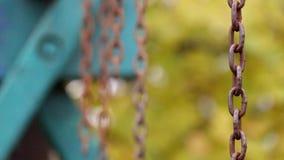 Ośniedziali łańcuchy kiwali delikatnie na zamazanym tle zdjęcie wideo