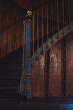 Ośniedziali ślimakowaci schodki wśrodku ciemnego pokoju zdjęcie stock