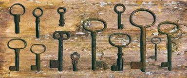 Ośniedziali średniowieczni klucze na będącym ubranym out drewno stole Fotografia Royalty Free