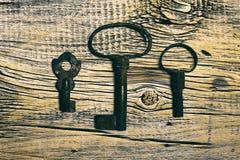 Ośniedziali średniowieczni klucze na będącym ubranym out drewno stole Obrazy Royalty Free