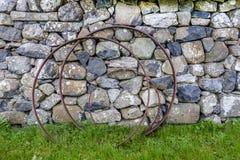 Ośniedziali żelazni obręcze przeciw kamiennej ścianie Obrazy Stock
