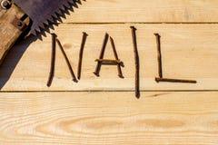 Ośniedziali gwoździe i zobaczyli na drewniane szorstkie deski Fotografia Stock