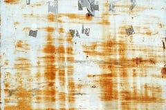 Ośniedziali narysy i oceny od etykietek i majcherów na popielatej malującej metal ścianie fotografia stock