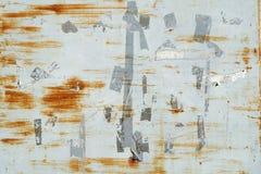 Ośniedziali narysy i oceny od etykietek i majcherów na popielatej malującej metal ścianie zdjęcie stock
