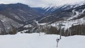 Ośrodek narciarski, krzesła narciarskiego dźwignięcia windy udźwigu ludzie na halnym narciarskim skłonie, widok z lotu ptaka zbiory