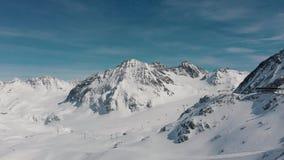 Ośrodek narciarski, winda ślad dla ruchu narciarka turyści na górach przeciw błękitnemu niebu zdjęcie wideo