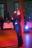 Oświadczenie mistrzem sztuka gwizd piosenkarza Aleksander bramin na scenie klub poza miastem Dawać Fotografia Stock