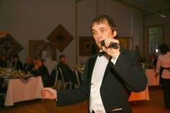 Oświadczenie mistrzem sztuka gwizd piosenkarza Aleksander bramin na scenie klub poza miastem Dawać Obrazy Stock